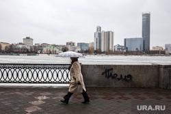 Уличная еда. Екатеринбург, набережная, исеть, зонт, женщина, пасмурная погода