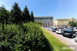 Городские клумбы. Челябинск, газон около городской администрации