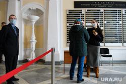 Меры предосторожности по коронавирусу на входе в администрацию Екатеринбурга. Екатеринбург, администрация екатеринбурга, термометр, кпп, эпидемия, градусник, профилактика, замер температуры, коронавирус, бесконтактный термометр, инфракрасный термометр, covid-19, covid19