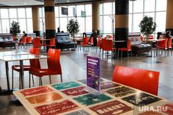 Жители города Кургана во время пандемии коронавируса. Курган, стулья, бизнес ланч, тц пушкинский, обеденный перерыв, обеденный стол, кафе, фуд зона, пушкинский, коронавирус