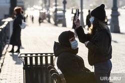 Первый день вынужденных выходных из-за ситуации с COVID-19. Екатеринбург, снимает на телефон, маска на лицо, парочка на скамейке