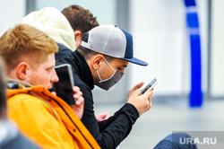 Обстановка в челябинском аэропорту Игорь Курчатов во время эпидемии коронавируса. Челябинск , смартфон, медицинская маска, пассажиры, гаджет, аэропорт игорь курчатов, коронавирус, масочный режим