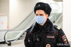 Обстановка в челябинском аэропорту Игорь Курчатов во время эпидемии коронавируса. Челябинск , медицинская маска, полиция, аэропорт игорь курчатов, масочный режим, полицейский в маске