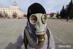 Жители города Кургана во время пандемии коронавируса. Курган, площадь ленина, противогаз, город курган, коронавирус, шлем маска