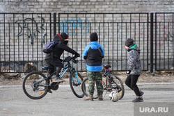 Виды города. Курган, школьники, дети, каникулы, мальчики, велосипед, весна