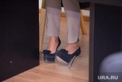 Пресс-конференция ЖКХ. Нижневартовск, ноги, туфли, шпилька, ноги под столом, каблуки