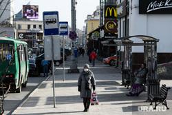 Третий день вынужденных выходных из-за ситуации с COVID-19. Екатеринбург, автобусная остановка, общественный транспорт, люди на улице, масочный режим, режим самоизоляции