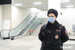 Обстановка в челябинском аэропорту Игорь Курчатов во время эпидемии коронавируса. Челябинск , полиция, аэропорт игорь курчатов, масочный режим, полицейский в маске