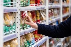 Противоэпидемические меры, предпринимаемые торгово-развлекательными центрами Екатеринбурга, макароны, продукты, покупатели, гастроном, заражение, гипермаркет, продуктовая корзина, бакалея, крупа, медицинская маска, вирус, покупка продуктов, маска на лицо, продуктовый магазин, продукты питания