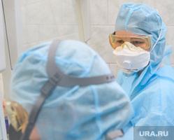 Исследование анализов на коронавирус в лаборатории ЕКДЦ. Екатеринбург, очки, защитный костюм, противогаз, респиратор, респираторная маска, защита органов дыхания, противочумный костюм, защита глаз