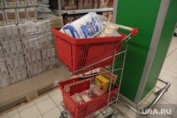 Магазин Ашан в Перми ассортимент товаров, корзина с продуктами, продуктовая корзина, ашан, полки магазина