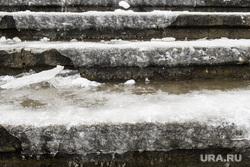 Уборка города после снегопада. Екатеринбург, лед на крыльце, лед на ступенях