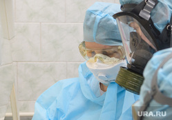 Исследование анализов на коронавирус в лаборатории ЕКДЦ. Екатеринбург, лаборатория, защитный костюм, противогаз, медицина, респиратор, специалист, медицинские исследования, респираторная маска, исследования, коронавирус, защита органов дыхания, covid-19, covid19, проведение анализов, вирусолог, противочумный костюм