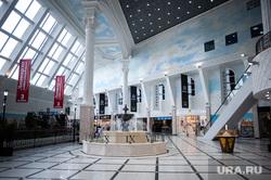Сотрудники охраны проверяют тепловизорами температуру у посетителей торгового центра. Екатеринбург, торговый центр, общественное место, коронавирус, пандемия