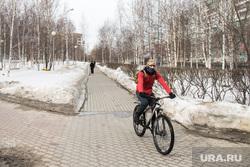 Город во время режима самоизоляции. Сургут, человек в маске от гриппа, вирус, велосипедист в маске, санитарные нормы