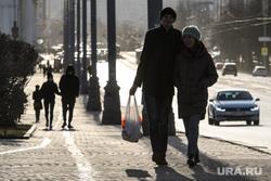 Первый день вынужденных выходных из-за ситуации с COVID-19. Екатеринбург, прогулка, парочка, проспект ленина, пакет с продуктами