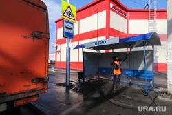 Санитарная обработка города во время карантина по коронавирусу. Курган, автобусная остановка, дезинфекция, остановка автобусная