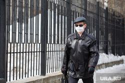 Город во время режима самоизоляции. Сургут, человек в маске от гриппа, медицинская маска, вирус, санитарные нормы
