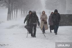Снегопад в апреле во время пандемии коронавируса.  Курган , снег, снегопад, холод, плохая видимость, инвалид, снег в городе, сугробы в городе, плохая погода, вьюга, метель, снег в кургане