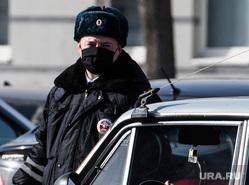Третий день вынужденных выходных из-за ситуации с COVID-19. Екатеринбург, полиция, гибдд, дпс, полицейский в маске