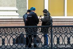 Полицейский патруль проверяет прохожих. Челябинск, проверка, полиция, патруль полиции, атруль
