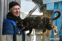Деревня Корзуновка Ачитского района Свердловской области, пенсионер, кошка, улыбка, радость, мужчина, домашний питомец, уличные животные, забор, пенсионный возраст