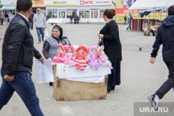 Уличная торговля. Пермь, торговля, пенсионерка, куклы, рынок, уличная торговля, нестационарная торговля