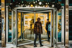 Виды города. Екатеринбург, вход, торговый центр, новогодние украшения, тц европа, вращающаяся дверь, револьверная дверь, карусельная дверь