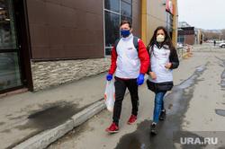 Волонтеры МГЕР помогают пожилым людям купить необходимые продукты во время карантина. Челябинск, волонтеры, эпидемия