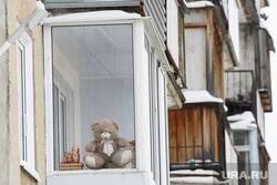 Виды Новоуральска, Свердловская область, жилой дом, мишка, балкон, жилой район, детская игрушка, плюшевая игрушка, жилье, жилой массив