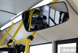 Город во время нерабочих дней, объявленных в связи с карантином по коронавирусу, пятый день. Пермь , маска, автобус, салон автобуса, пассажир в автобусе, пассажир в маске