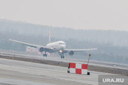 Прибытие борта РМК с гуманитарным грузом в аэропорт Кольцово. Екатеринбург, аэропорт, посадка самолета, взлетно-посадочная полоса, boing, боинг 767-300, авиакомпания sun day, boing 767-300
