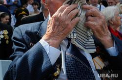 Празднование 9 мая. Челябинск, платок, плачет, ветеран