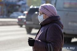 Ремонт дороги на ул. Мальцева. Курган, женщина в маске, весна, женщина в возрасте, пенсинерка, масочный режим