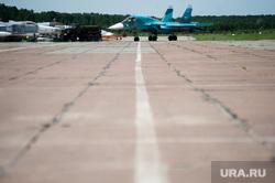 Летно-тактические учения многофункционального истребителя-бомбандировщика СУ-34 на аэродроме Шагол. Челябинск , аэродром, ввс россии, истребитель, бомбардировщик, самолет, су-34, инженеры, авиационный комплекс