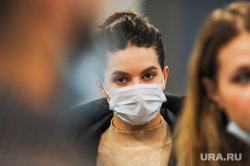Обстановка в челябинском аэропорту Игорь Курчатов во время эпидемии коронавируса. Челябинск , девушка, медицинская маска, пассажиры, коронавирус, масочный режим