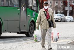 Тридцать третий день вынужденных выходных из-за ситуации с CoVID-19. Екатеринбург, покупатель, продукты, пенсионер, покупки, товары, магазин, пожилой мужчина, еда, маска на лицо, потребитель, мужчина в маске, маска от пыли