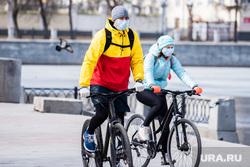 Жизнь города во время нерабочей недели, объявленной президентом РФ для снижения темпов распространения коронавируса COVID-19. Екатеринбург, люди в масках, защитная маска, маска на лицо, велосипедисты