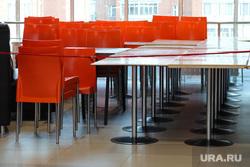 Жители города Кургана во время пандемии коронавируса. Курган, торговый центр, стол, стулья, оградительная лента, кафе не работает, пушкинский, закрытие кафе