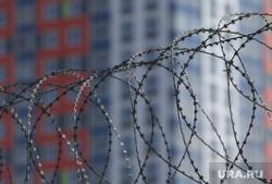 Город во время нерабочих дней, объявленных в связи с карантином по коронавирусу, пятый день. Пермь , колючая проволока, многоэтажный дом