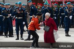 Парад Победы. Екатеринбург, ветеран, волонтер, бабушка