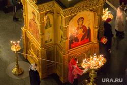 Ночное пасхальное богослужение в Кафедральном соборе. Магнитогорск, свечи, иконы, церковь, церковная служба, оградительная лента