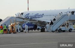 В аэропорту Челябинска приземлился «Суперджет» с вахтовиками Чаяндинского месторождения Якутии. Челябинск, эвакуация, эпидемия, вахтовики, трап самолета, прибывшие пассажиры