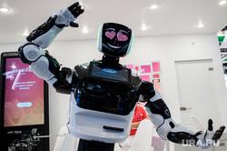 ИННОПРОМ-2019. Третий день международной промышленной выставки. Екатеринбург, искусственный интеллект, сердечки, приветствие, робототехника, робот, новые технологии, андроид, современные технологии