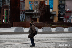 Екатеринбург во время пандемии коронавируса COVID-19, пенсионер, медицинская маска, защитная маска, пожилой мужчина, пожилой человек, маска на лицо