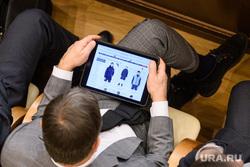 Заседание в заксобрании с полпредом по нацпроектам. Екатеринбург, магазин одежды, выбор одежды, покупки в интернете, планшет, гаджет