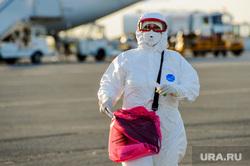 В аэропорту Челябинска приземлился «Суперджет» с вахтовиками Чаяндинского месторождения Якутии. Челябинск, эпидемия, медицинская маска, защитная маска, врач, эпидемия осталась, медики, коронавирус, пандемия, коронавирус, инфекционист, инфекционист, эпидемиолог