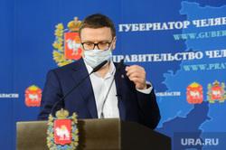 Брифинг Алексея Текслера в медицинской маске по коронавирусу. Челябинск , медицинская маска, текслер алексей