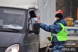 Сотрудники ГИБДД на въезде в город  дают разъяснения по поводу режима. Курган, граница, медицинская маска, гибдд, инспектор дпс, дпс, въезд в город, пост гаи