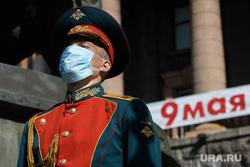 Торжественное возложение цветов к памятнику Жукову возле Штаба ЦВО. Екатеринбург, гвардеец, медицинская маска, день победы, военный, почетный караул, covid19, коронавирус, военный в маске, 9мая